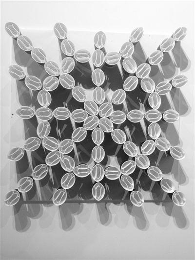 艺术生们用一次性纸杯做出各种装饰品.图片