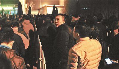1月9日凌晨1点,前往白庙综合检查站办理进京证的车主需要排队一个小时摄影/本报记者