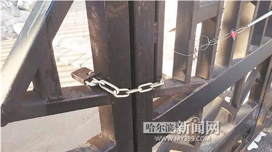 这把锁,锁住了进出12路公交车调度室的门。