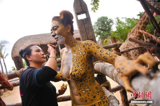 三亚动物园美女人体彩绘 与动物互动吸引游人--陕西频道--人民网