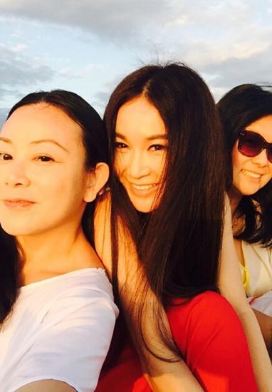 49岁温碧霞晒招牌美照露性感v招牌性感迷人--山沙滩怎么入住4沙滩npc邀请图片