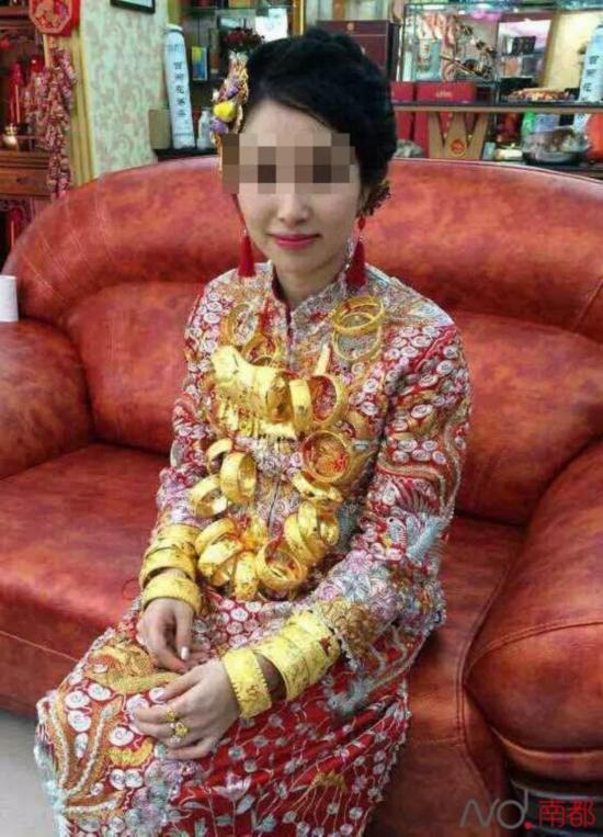 广东再现土豪婚礼 新娘全身挂满金首饰