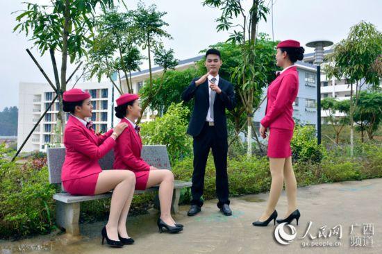 广西百色首批空少空姐亮相 邓民胜摄