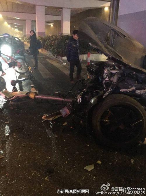 今晨2时许,上海中山北路镇坪路口发生一起严重车祸,gtr等豪车严重受损