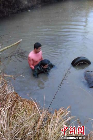 轿车翻入堰塘司机被困80后协警下水救人
