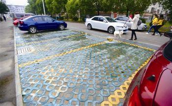 泰州小区扩建近50个生态停车场缓解市民停车难