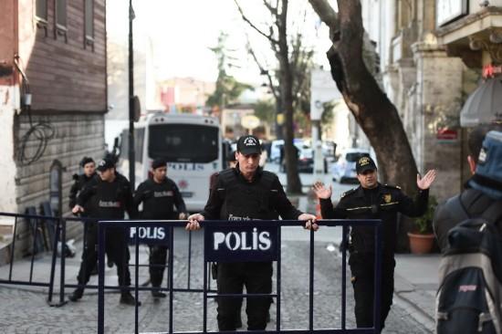 1月12日,在土耳其伊斯坦布尔,警方封锁通往蓝色清真寺的道路。
