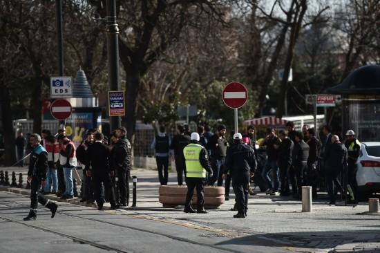 1月12日,在土耳其伊斯坦布尔,警方人员封锁通向蓝色清真寺的道路。