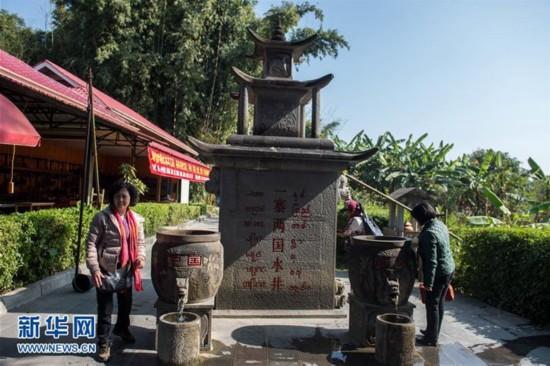 """1月11日,游客在游览、体验""""一寨两国水井""""。"""