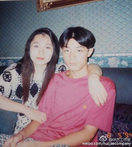 霍建华与母亲旧照曝光梳中分发型模样青涩(图)