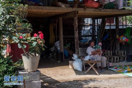 1月11日,云南省德宏傣族景颇族自治州瑞丽市银井寨,一名村民抱着图片