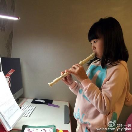 学习五线谱歌谱-森碟对乐谱学吹笛 才女范十足