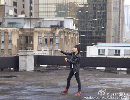 王菲大女儿帅气躺天台45度角仰望天空(图)