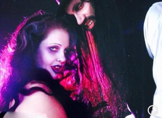 澳男子自愿让吸血鬼女友饮其血液(组图)图片