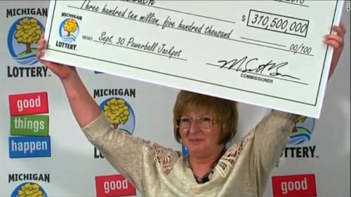 茱莉・利齐现身领奖,并决定一次性领取1.97亿美元现金奖励。