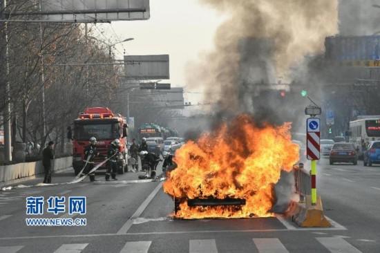 (新華網)(1)濟南一私家車街頭自燃