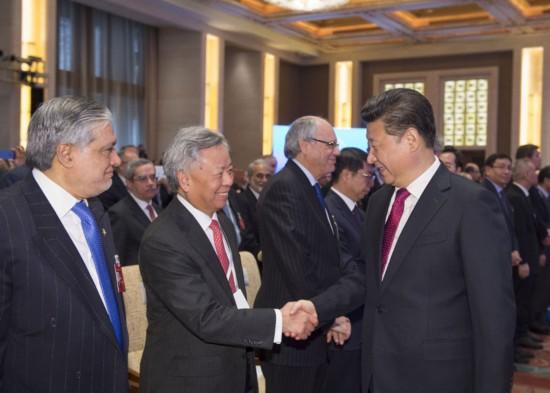 1月16日,亚洲基础设施投资银行开业仪式在北京举行。国家主席习近平出席开业仪式并致辞。这是习近平和亚投行首任行长金立群握手。