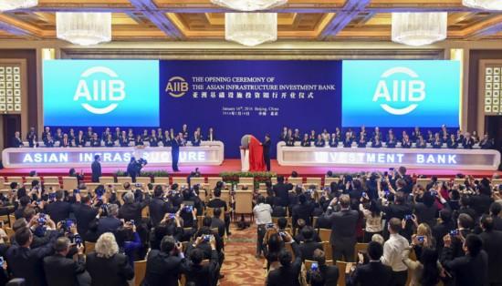 """1月16日,亚洲基础设施投资银行开业仪式在北京举行。国家主席习近平出席开业仪式并致辞。这是习近平为亚投行标志物""""点石成金""""揭幕。"""