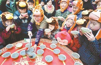 腊八节江苏各地很多寺庙熬制福粥派发给市民