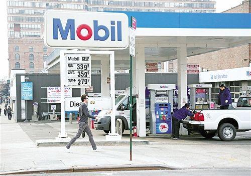 随着国际油价不断跌破历史新低,石油生产国和企业日子也不好过。很多石油生产商债务增加,面临破产或重组风险。图为纽约市内的美孚石油加油站。经济日报记者 张伟 摄