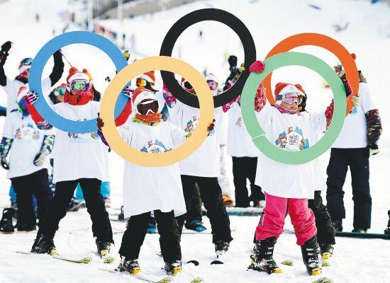 人们在冰雪中喜迎2022年冬奥会在中国举行.图片
