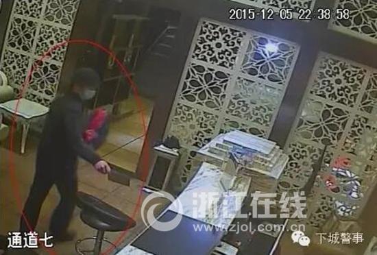 男子炒股玩期货欠20万 2个月内抢劫6家旅馆