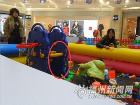 福州 儿童乐园滑梯破损 商家竟用胶布黏合且疏于管理