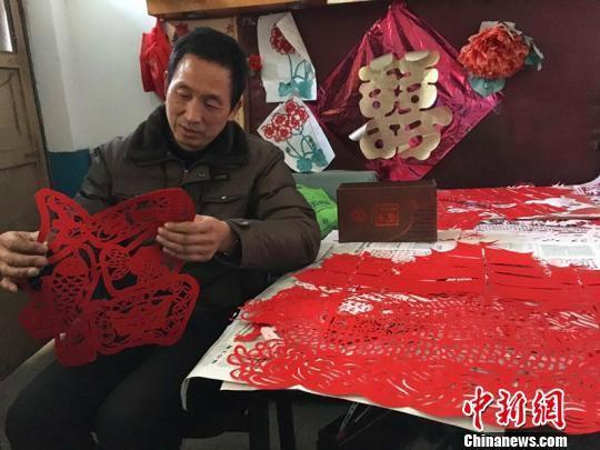 河北一村民十余年免费剪纸送乡邻只为传承民间艺术