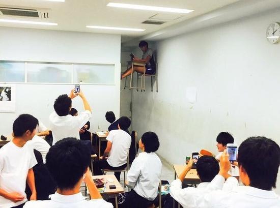 """高中教室惊现""""漂浮学生""""-脱离地心引力 看各国达人的另类 飘 世界图片"""