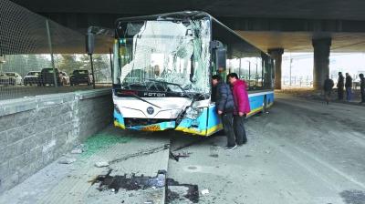 北京东五环平房桥下发生严重车祸致一死七伤(图)