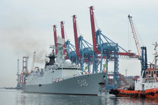1月24日,中国海军益阳舰在拖船的牵引下驶入印度尼西亚雅加达港口。新华社记者贺长山摄