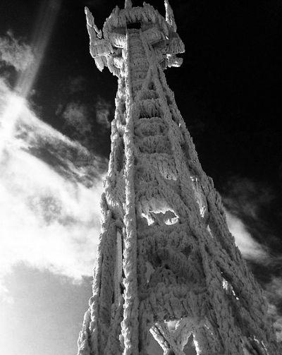 """福建九仙山测风塔被冰封变身""""九层妖塔""""图片来源"""
