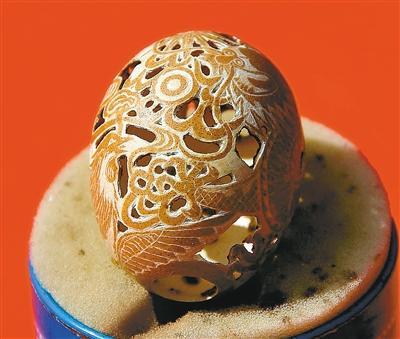 蛋雕作品龙凤呈祥镂空图案,栩栩如生,令人惊叹.