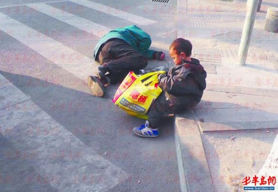 山东一男子醉卧路边 三岁儿子照顾两小时