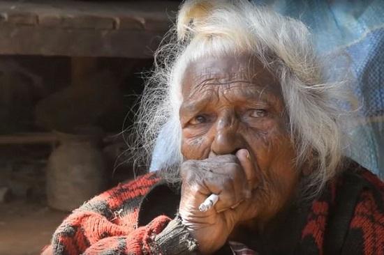尼泊尔112岁老奶奶自称烟龄95年一天抽30支烟