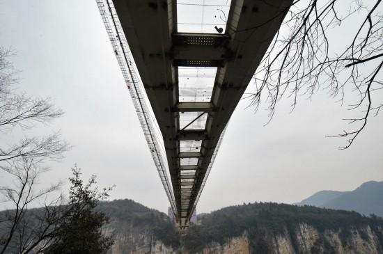 张家界大峡谷玻璃桥铺设桥面玻璃