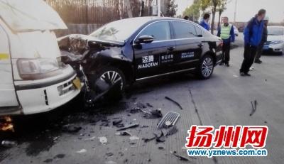 超载校车与轿车发生碰撞事故现场