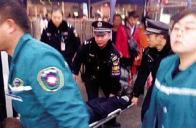 崔晓春/去年12月,崔晓春参与救助一名昏倒的老人。...