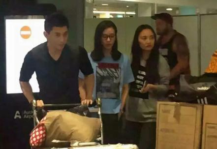 吴奇隆 (左一)与刘诗诗 (左二)被拍到入境新西兰。
