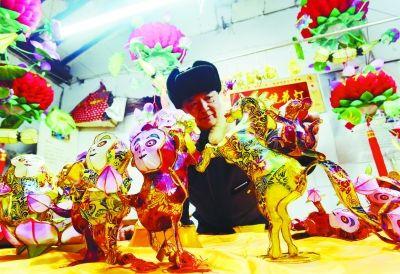 江苏非遗传承人扎制猴年生肖花灯迎新年