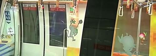"""新加坡地铁""""灵猴献桃""""乘客站""""财位""""获好运(图)"""