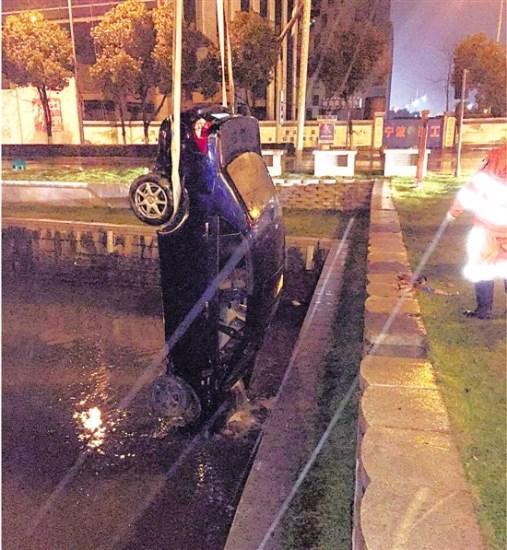 司机醉驾错把河面当路面把轿车开进河里(图)