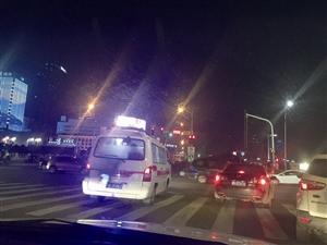 多辆私家车给救护车让道集体闯红灯