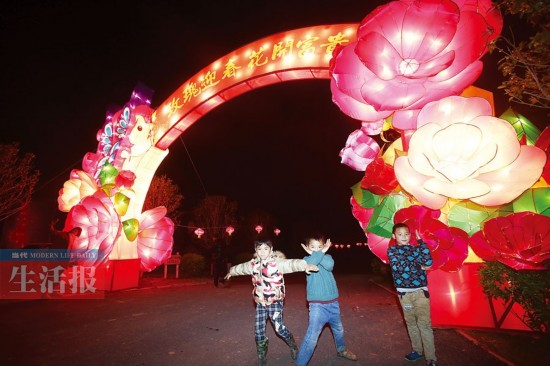 灯会的大型花灯很有气势。记者 徐天保 摄   美丽南方景区洛克玫瑰庄园   将举行2016美丽南方花灯文化艺术节,持续至3月25日。灯会的制作主题以浪漫、梦幻、喜庆,30组新颖精巧大型花灯组妆点百亩玫瑰园,整个园区都是采用西式浪漫的蝴蝶、鲜花、童话风格的城堡、马车等花灯设计,呈现出一幅美轮美奂的画卷,像是进入一个童话世界。   据灯会组委会负责人介绍说,这次展出的花灯,由来自四川自贡的专业花灯手艺人制作,每天18时开始亮灯,持续至22时30分。除了观灯,市民还可欣赏到由玫瑰、虞美人、格桑花