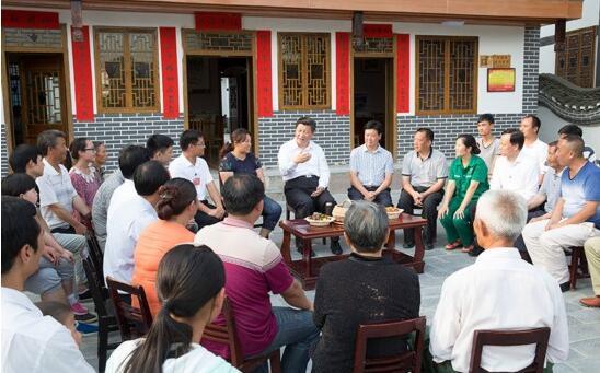 習近平在遵義縣楓香鎮花茂村同村民座談。