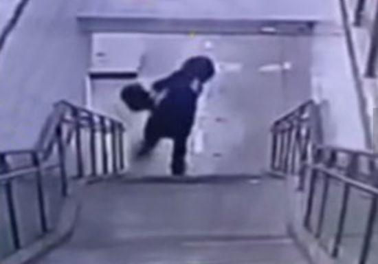 女子滚下地铁楼梯视频爆红 好一招天外飞仙!