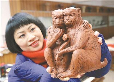 宜兴工艺美术师创作紫砂夫妻猴《吉祥如意》
