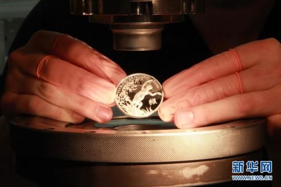 (晚报)(1)英国发行猴年生肖纪念币