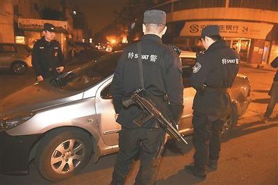 夜深人静时 南京特警在街面巡查保平安