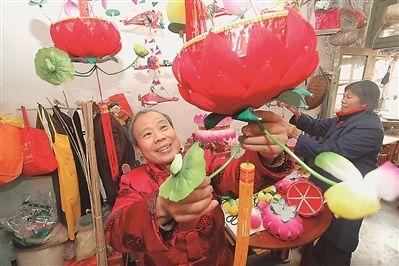 南京手艺人赶制花灯 期待在灯会上一展风采